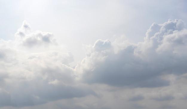 Biała chmura wzór i tekstura. miękkie niebo i chmury w świetle dziennym. odkryty naturalny abstrakcyjne tło.