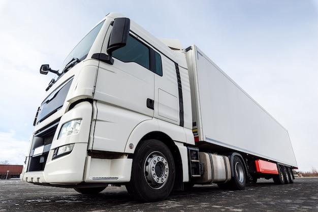 Biała ciężarówka na asfaltowej drodze