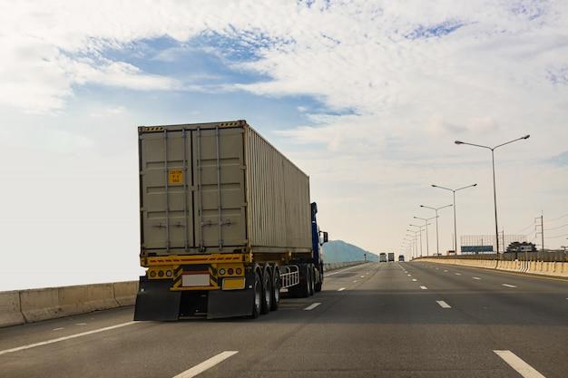 Biała ciężarówka na drodze autostrady z kontenerem, koncepcja transportu., import, eksport logistyka przemysłowa transport transport lądowy na autostradzie asfaltowej