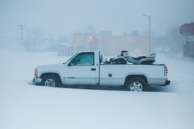 Biała ciężarówka z pojedynczą kabiną