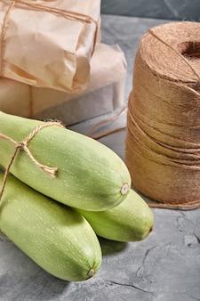 Biała cukinia na drewnianym tle, układ zdrowej diety i ekologiczna reklama gotowania w restauracji.
