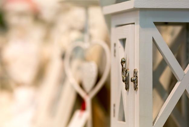 Biała drewniana dekoracyjna szafka z bliska