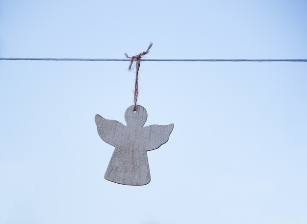 Biała drewniana figurka anioła