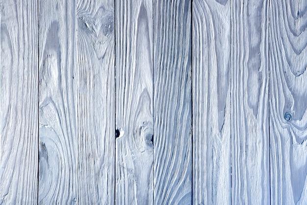 Biała drewniana ściana z pionowymi paskami i głębokim, tłoczonym teksturą tła