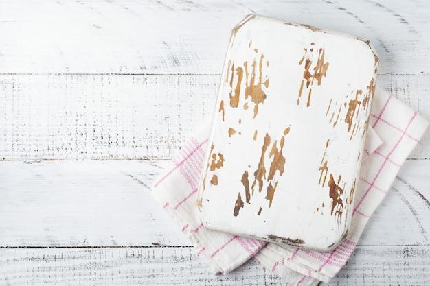 Biała drewniana tekstura ze starą deską do krojenia