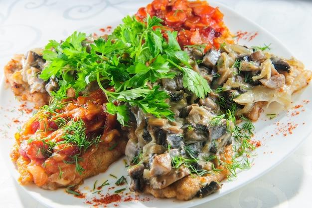 Biała duszona ryba sandacza w sosie z zielonego pesto z warzywami do gotowania na parze brokułów, marchewki, buraków, pieczarek, puree ziemniaczanego z bliska