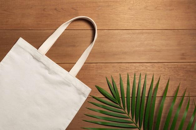 Biała dużego ciężaru torby brezentowa tkanina na drewnianym tle