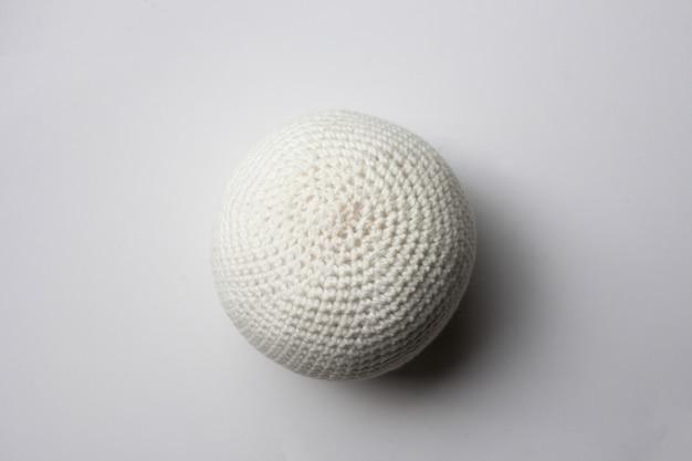 Biała dzianinowa piłka.