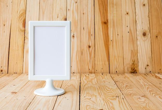 Biała etykieta na stole karta namiotu stojącego