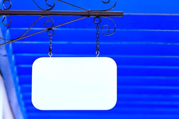 Biała etykieta z drewna blang i jasny kolor tła