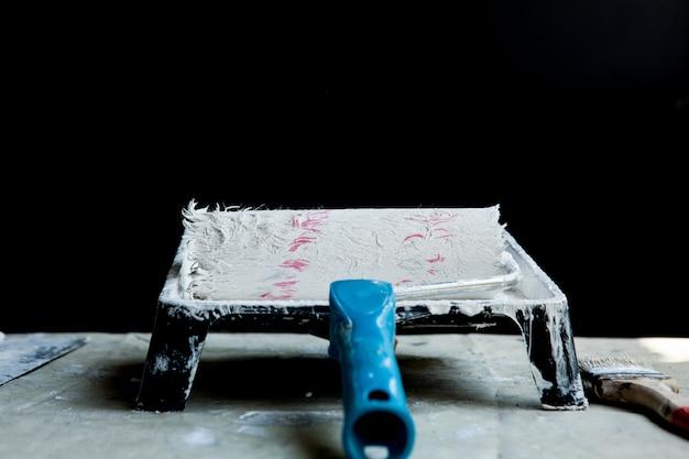 Biała farba, wałek, taca, do malowania białego sufitu lub wykończenia