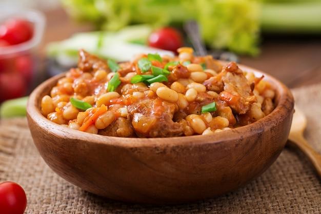 Biała fasola na parze z mięsem w sosie pomidorowym