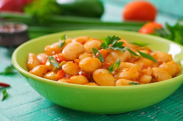 Biała fasola na parze z warzywami w sosie pomidorowym