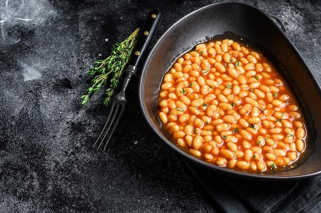 Biała fasola w sosie pomidorowym w talerzu