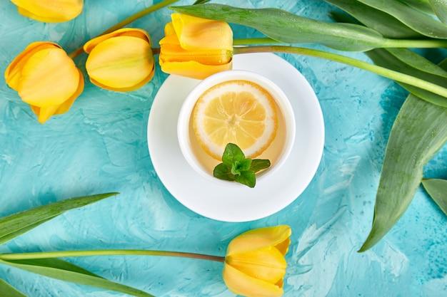 Biała filiżanka herbaty z cytryną