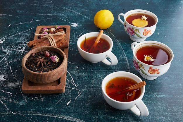 Biała filiżanka herbaty ziołowej.