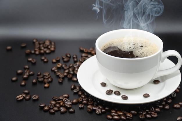 Biała filiżanka kawy na tle