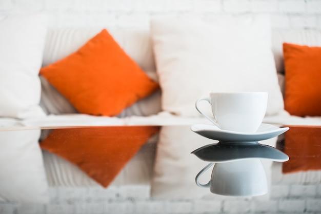 Biała filiżanka kawy