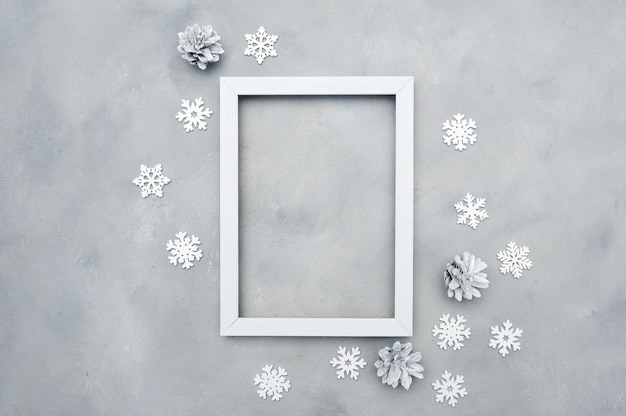 Biała fotografii bożych narodzeń rama z copyspace. święto . płatki śniegu i szyszki