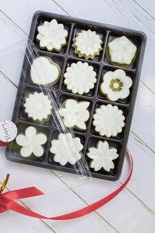 Biała galaretka w kształcie kwiatka w pudełku