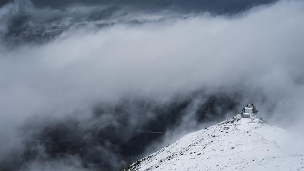 Biała góra pod białymi chmurami w ciągu dnia