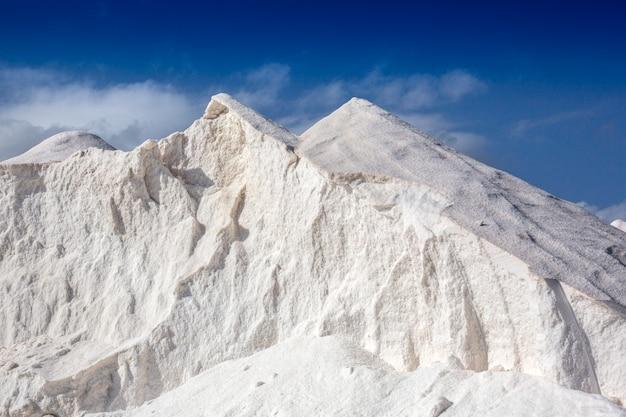 Biała góra z niebieskim niebem