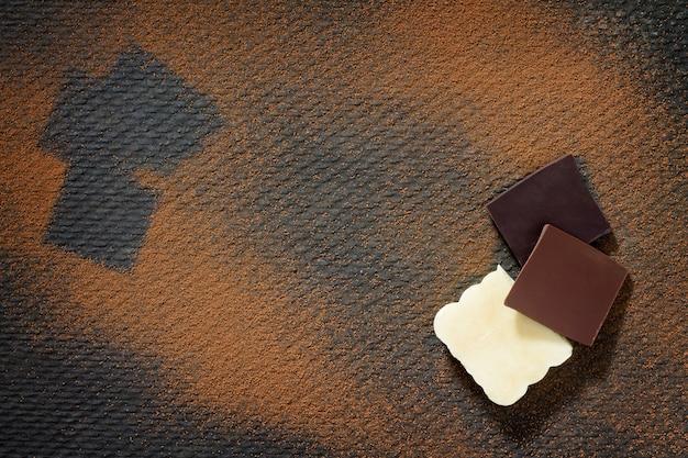Biała i ciemna czekolada z kakao w proszku