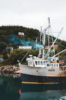 Biała i czarna łódź rybacka