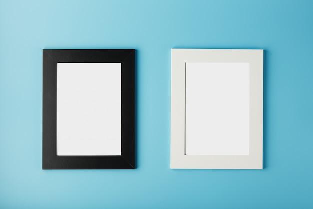Biała i czarna ramka na zdjęcia z pustą przestrzenią