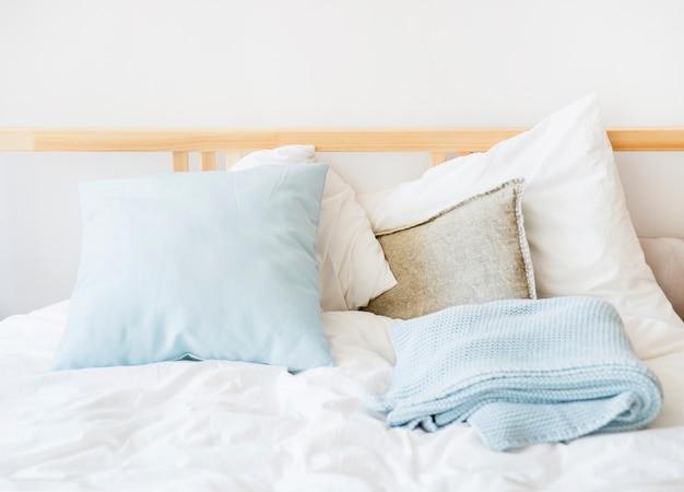 Biała i niebieska pościel na łóżku
