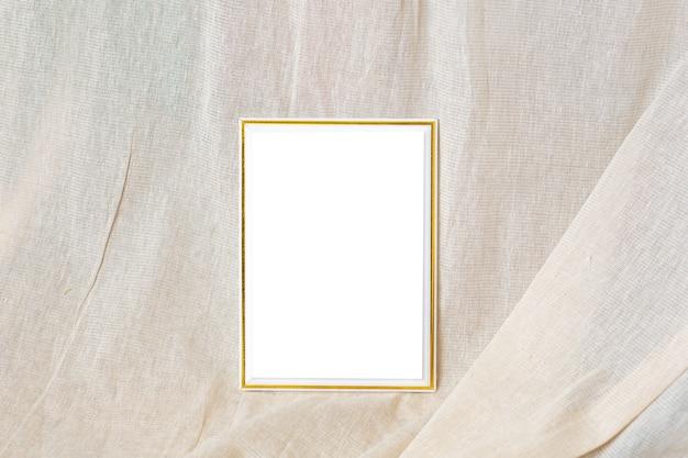 Biała i złota pusta ramka z tkaniną