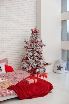 Biała jasna sypialnia w stylu loft z choinką