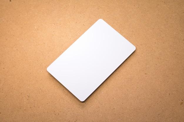 Biała karta na drewnianym tle