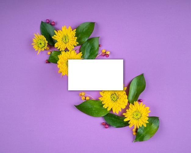 Biała karta papierowa uwaga jasne kwiaty kompozycja makieta kartka z życzeniami kopia przestrzeń fioletowe tło