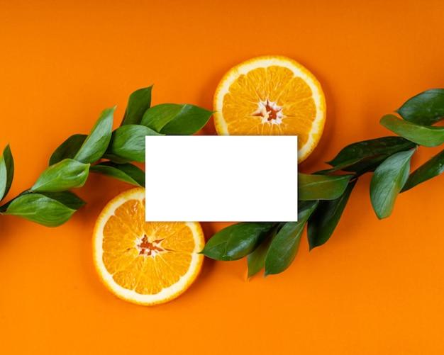 Biała karta papierowa uwaga jasny liść kwiatowy i makieta kompozycji owoców pomarańczy kopia karty z pozdrowieniami