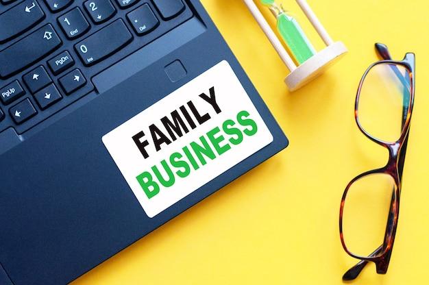 Biała karta papierowa z tekstem family business arkusz białego papieru na notatki, kalkulator, klepsydrę, okulary w kolorze białym