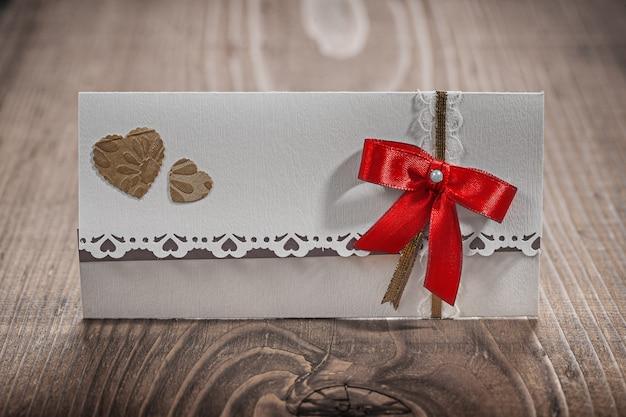 Biała karta zaproszenie na ślub na drewnie
