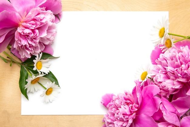 Biała kartka papierowa z piwoniami