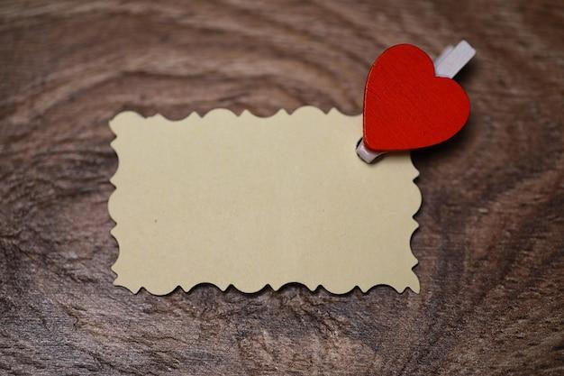 Biała kartka papieru notatki miłosne i kształt serca