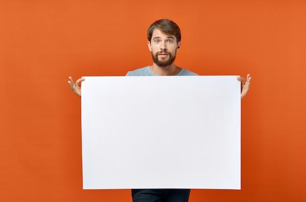 Biała kartka papieru reklama reklama mężczyzna w pomarańczowym plakacie makiety.