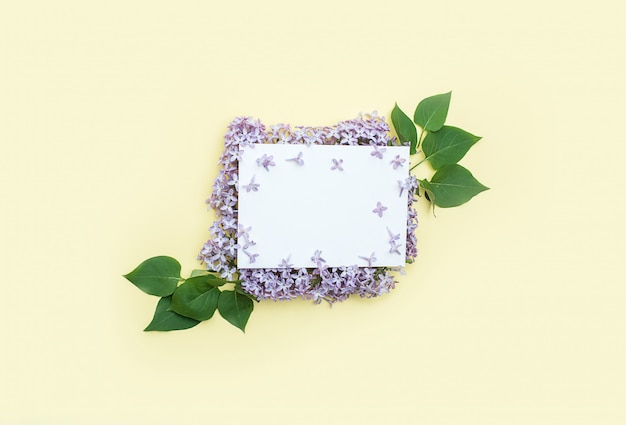 Biała kartka z życzeniami i gratulacje na kwiatach bzu na brzegu. dzień matki