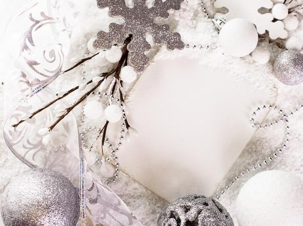 Biała kartka z życzeniami na wesołych świąt i szczęśliwego nowego roku