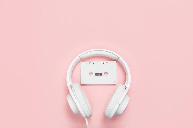 Biała kaseta magnetofonowa i słuchawki