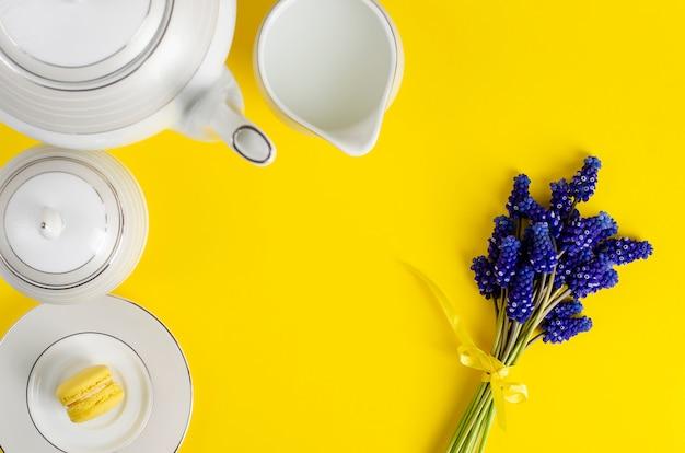 Biała kawa lub zestaw do herbaty z szafirem na żółtym tle