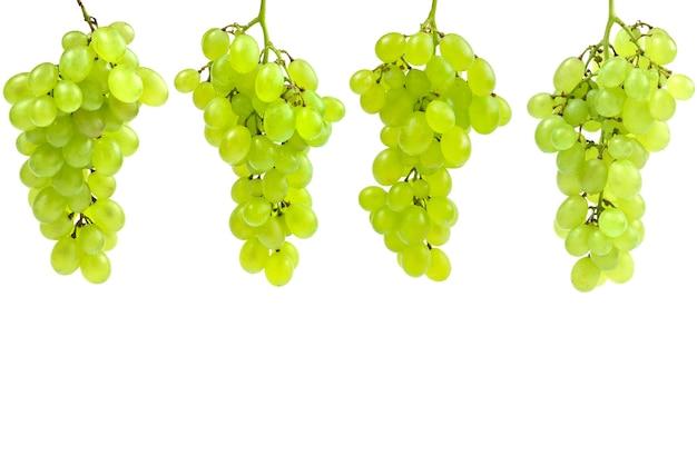 Biała kiść winogron na na białym tle