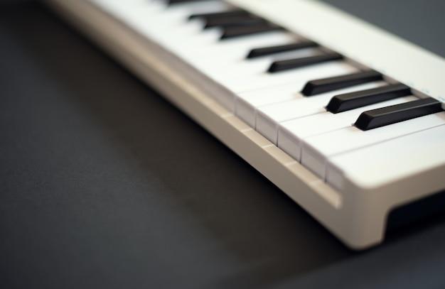 Biała klawiatura midi na ciemnym tle