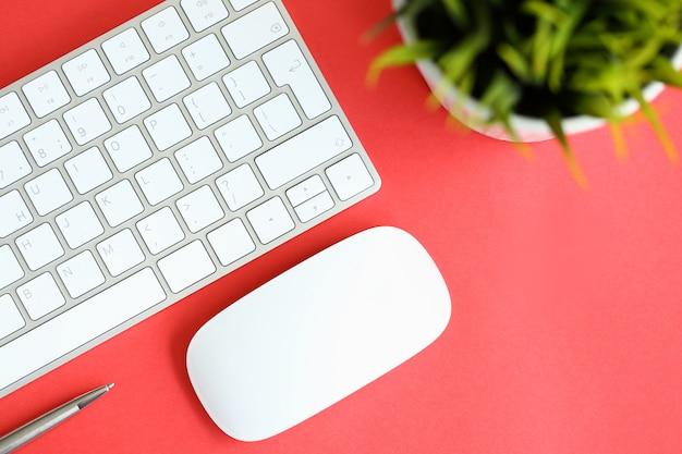Biała klawiatura z myszą komputerową i srebrna