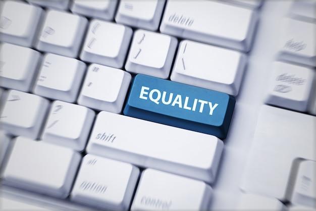 Biała klawiatura z tekstem przycisku równości