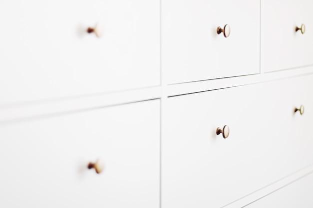 Biała komoda w meblach do sypialni i koncepcji wystroju domu