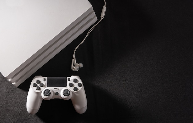 Biała konsola do gier z kontrolerem i słuchawką